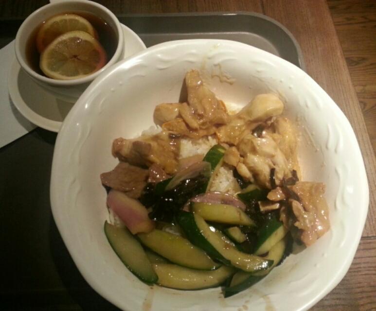 チキンと牛肉と瓜と木耳の炒め物