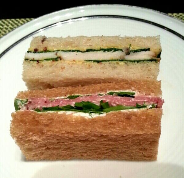 ローストビーフとターキーのサンドイッチ