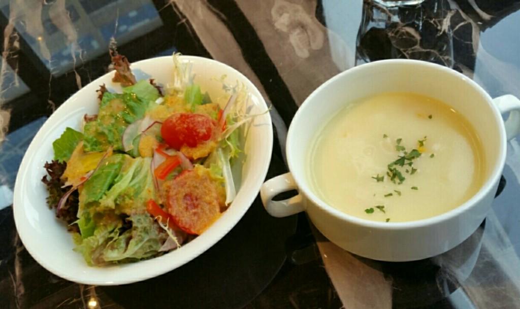 サラダとコーンスープ