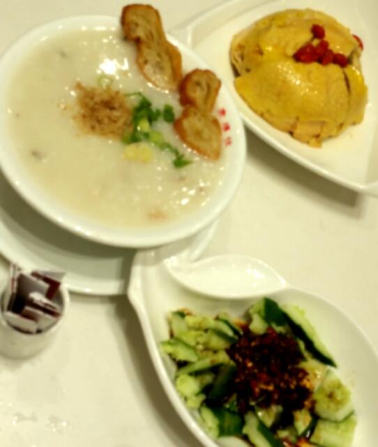 お粥とチキンとキュウリの中華あえの写真