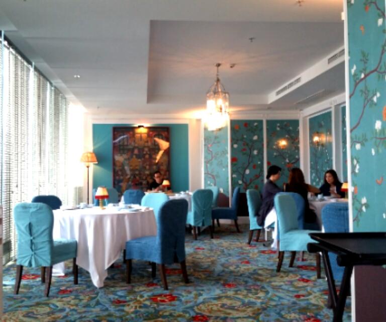 青で統一されたレストランの部屋