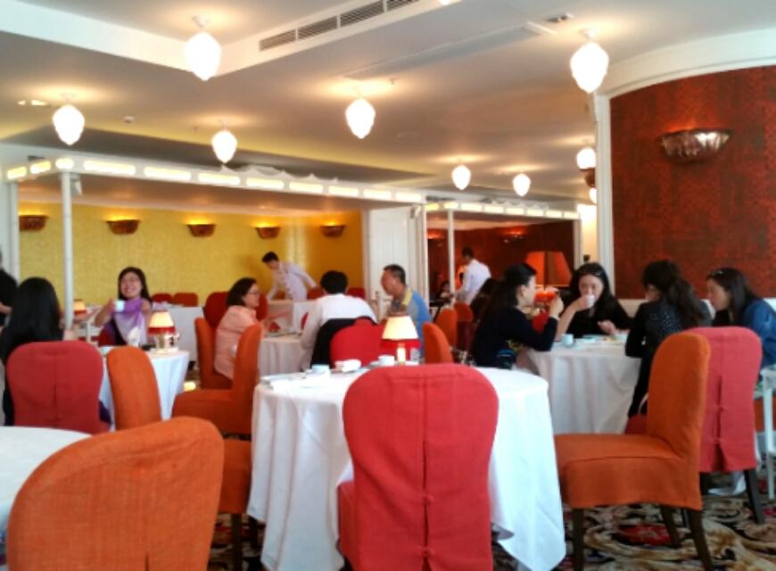 赤で統一されたレストランの部屋