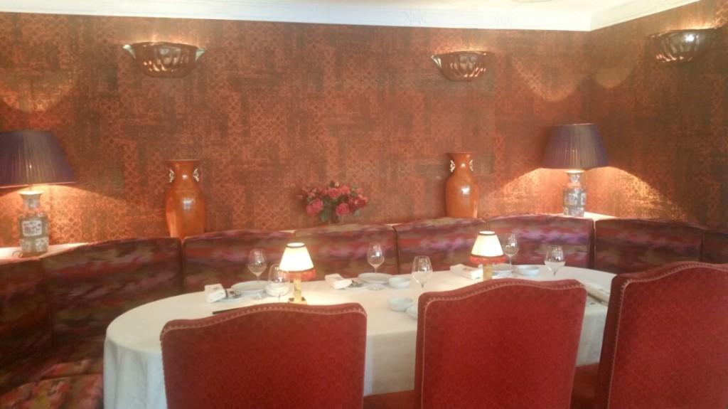 赤で統一されたレストランの個室
