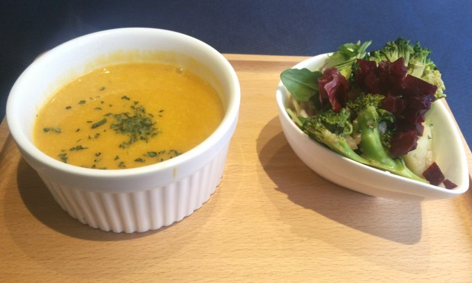カボチャスープとヘルシーサラダ