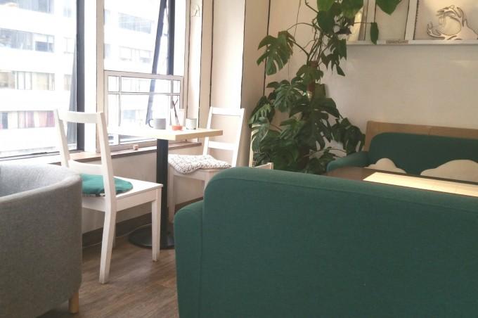 オシャレカフェのソファー席