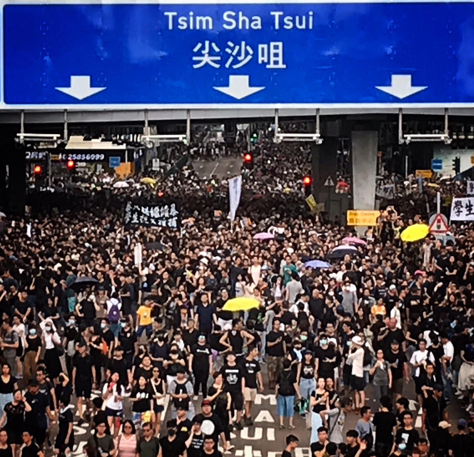香港尖沙咀デモ隊の写真