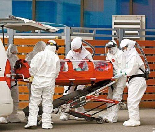 肺炎患者を運ぶ救急車